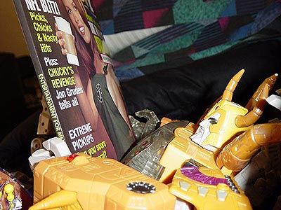 Unicron reading a magazine