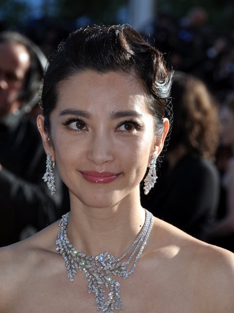 Michael Bay and Paramount Pictures announce casting of Chinese actress Li Bingbing in Transformers 4